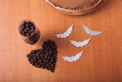 De cake bestrooit met cacaopoeder, Royalty-vrije Stock Foto's
