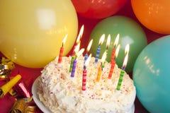 De cake en de ballons van de partij Stock Foto's