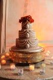 De cake en de kaarsen van het huwelijk Stock Foto
