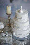 De cake en de kaarsen van het witte Nieuwjaar Stock Afbeeldingen