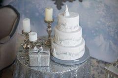 De cake en de kaarsen van het witte Nieuwjaar Royalty-vrije Stock Afbeeldingen