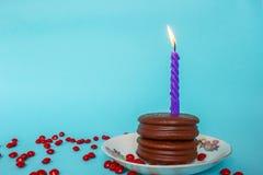 De Cake en de kaars van de chocoladeverjaardag Royalty-vrije Stock Afbeeldingen