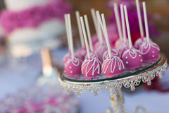 De cake knalt en cupcakes Stock Afbeelding