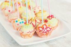 De cake knalt - suikergoedstokken stock fotografie