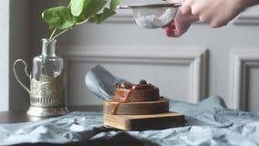 De cake met karamel bestrooit met gepoederde suiker op bovenkant