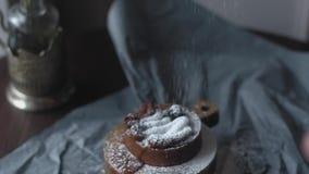 De cake met karamel bestrooit met gepoederde suiker op bovenkant Langzame Motie