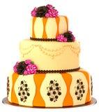 De cake op drie niveaus met 3 laag verfraaide chocolade nam toe Royalty-vrije Stock Afbeelding
