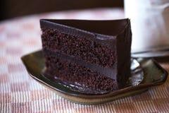 De cake van de browniechocolade in de koffielijst royalty-vrije stock afbeeldingen