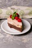 De cake van de chocoladebanaan, verfraaide framboos op witte plaat Stock Foto