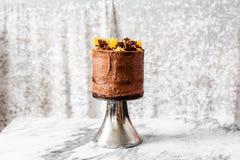 DE CAKE VAN DE CHOCOLADElaag MET ORANJE PLAKKEN WORDT BEDEKT DIE Royalty-vrije Stock Foto