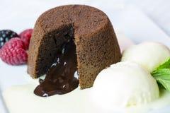 De cake van de chocoladelava met vanilleroomijs Stock Afbeeldingen