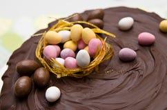De cake van chocoladepasen met het kleine eieren bedekken Royalty-vrije Stock Afbeelding