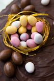 De cake van chocoladepasen met het kleine eieren bedekken Royalty-vrije Stock Fotografie