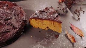 De cake van de chocoladepompoen stock footage