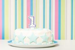 De cake van de één jaarverjaardag op de plaat Stock Foto's