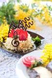 De cake van de aardbei met chocolade stock afbeeldingen