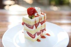 De Cake van de aardbei op hout Stock Afbeeldingen