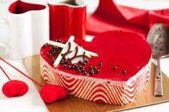 De cake van de aardbeimousse in de vorm van een hart stock foto's