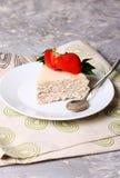 De cake van de aardbeiquark op een witte plaat Stock Fotografie
