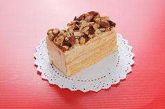 De cake van de amandel op rode achtergrond Royalty-vrije Stock Afbeelding