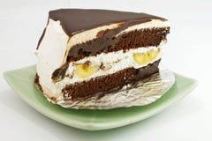 De cake van de banaanchocolade op plaat stock foto