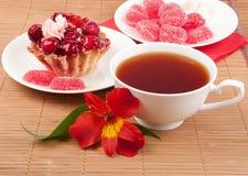 De cake van de bes met thee en gelei Stock Foto