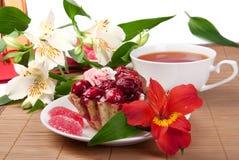 De cake van de bes met thee en gelei Stock Foto's