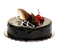 De cake van de chocolade die met kersen wordt verfraaid. royalty-vrije stock afbeelding