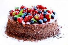 De cake van de chocolade, die met vruchten wordt verfraaid Royalty-vrije Stock Afbeeldingen