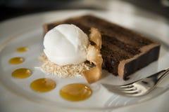 De Cake van de chocolade en het Roomijs van de Kokosnoot Stock Fotografie