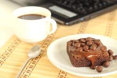 De cake van de chocolade en labtop Royalty-vrije Stock Foto's