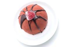 De cake van de chocolade met frambozenbovenste laagje Royalty-vrije Stock Afbeelding