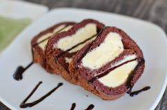 De cake van de chocolade met vanilleroomijs Royalty-vrije Stock Foto's