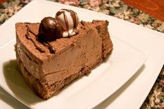 De cake van de chocolade op een restaurantslijst Stock Foto