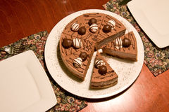 De cake van de chocolade op een restaurantslijst Stock Foto's