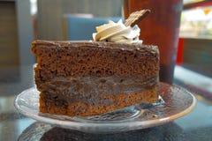 De cake van de chocolade op lijst Royalty-vrije Stock Fotografie