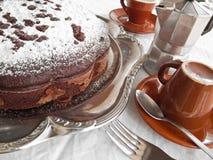De Cake van de chocolade op zilveren dienblad bij Ontbijt. Royalty-vrije Stock Afbeeldingen