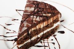 De cake van de chocoladebanaan op een witte plaat Koekjescake Stock Afbeeldingen