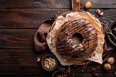 De cake van de chocoladebrownie, dessert met noten op donkere achtergrond Royalty-vrije Stock Afbeelding