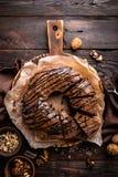 De cake van de chocoladebrownie, dessert met noten op donkere achtergrond Stock Fotografie