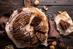 De cake van de chocoladebrownie, dessert met noten op donkere achtergrond Stock Foto