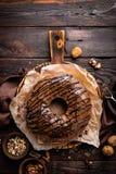 De cake van de chocoladebrownie, dessert met noten op donkere achtergrond Royalty-vrije Stock Afbeeldingen