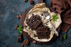 De cake van de chocoladebrownie, dessert met noten op donkere achtergrond, direct hierboven Royalty-vrije Stock Foto's