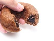 De cake van de chocoladedoughnut in de hand Royalty-vrije Stock Foto's