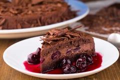 De cake van de chocolademousse met donkere kersen Stock Foto's