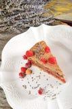 De cake van de chocolademousse met frambozen en lavendel Stock Afbeelding