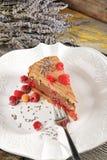 De cake van de chocolademousse met frambozen en lavendel Stock Fotografie