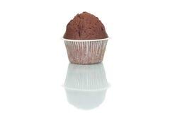 De cake van de chocolademuffin die op witte achtergrond wordt geïsoleerd Royalty-vrije Stock Afbeelding