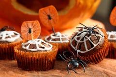 De cake van de chocolademuffin met spinneweb op Halloween-dag Royalty-vrije Stock Afbeelding