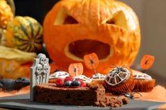 De cake van de chocolademuffin met spinneweb op Halloween-dag Stock Foto
